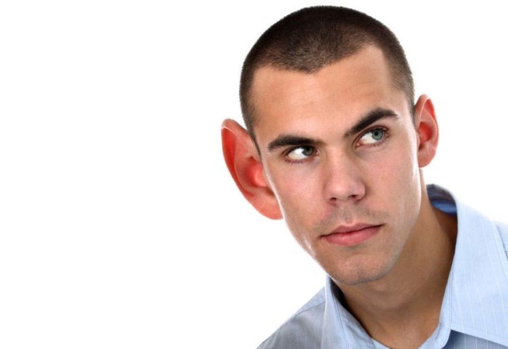 homem com orelhas de abano