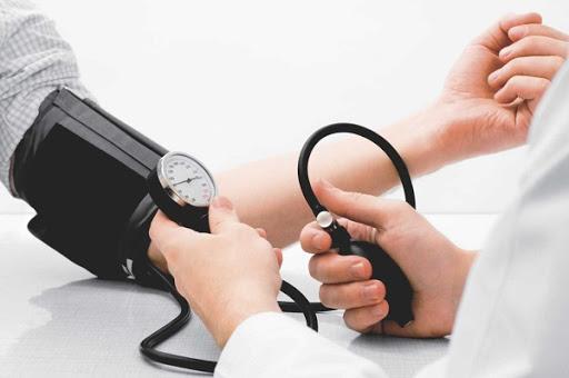 aferindo pressão para lipoaspiração