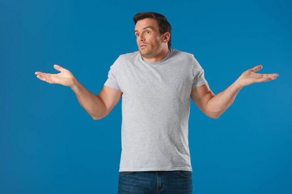 homem com duvida de braços abertos