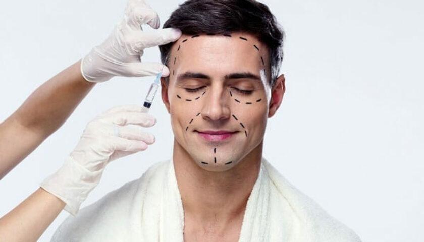 homem com demarcações de cirurgia plástica